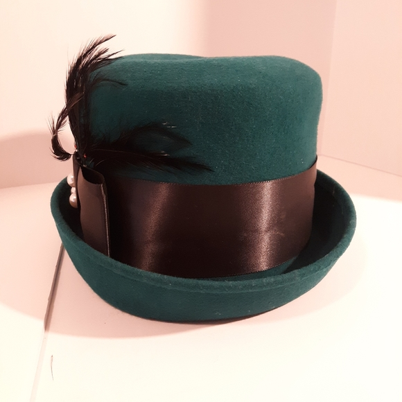 Women's green hat with feathers